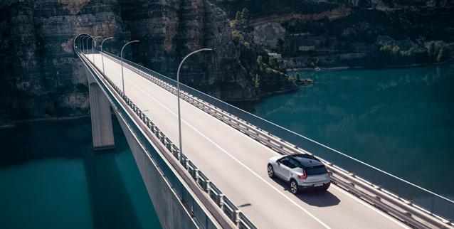 Bil kjører over bro og vann mot tunnel