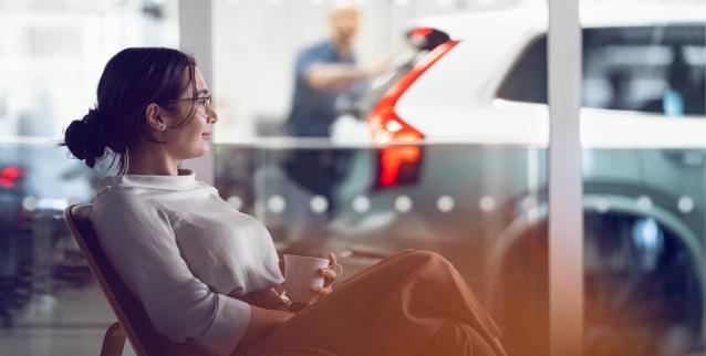 Kunde venter på bilen som blir reparert hos bilverksted