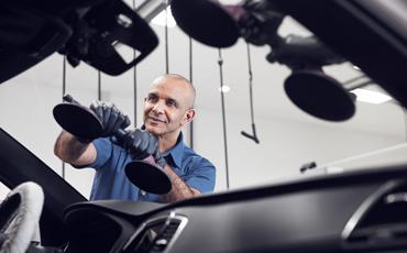 Bilmekaniker reparerer frontrute på bil