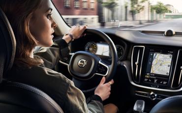 Kvinne kjører bil