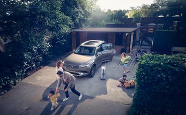 Familie pakker bil til ferie i oppkjørsel