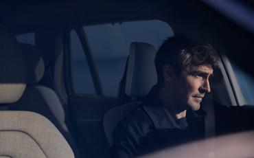 Mann kjører bil