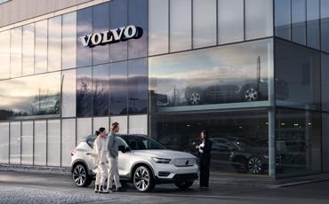 Et par kjøper hvit bil fra bilforhandler